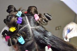 Separar el pelo en mechones para facilitar la búsqueda de posibles piojos o liendres