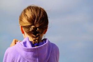 Llevar el pelo recogido con una trenza favorecerá mantener lejos a los piojos