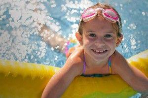 El contagio de piojos en la piscina es más probable que se produzca por contacto con una cabeza infestada que a través del agua